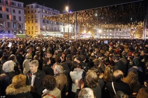 Hunderttausende Europäer versammeln sich öffentlich, um Solidarität zu bekunden. Die Forderung nach einem Ende der Massenzuwanderung hört man allerdings noch nicht.